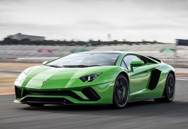 3.  Lamborghini Aventador – три от петте коли в тази класация се задвижват от дузина цилиндри. 6,5-литровият мотор се развърта до над 8000 об/мин и най-скромното, което откриваме в графата за разход на гориво при него е 17,2 л/100 км.