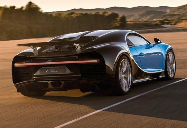 1.Bugatti Chiron – 16-цилиндровото чудовище с четири турбини на Chiron №1. Според официалните данни тази кола харчи 35,2 л/100 км в града и средно по 22,5 л/100 км на тестовия стенд за извънградско.  При Vmax скача на близо 100 л/100 км