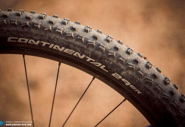 Ендуро колелата често се оказват прекалено агресивни за гумите си, така че е по-добре да приемете няколко грама отгоре и малко по-лошо съпротивление при търкаляне, но да имате добро сцепление като изберете гуми за планината.