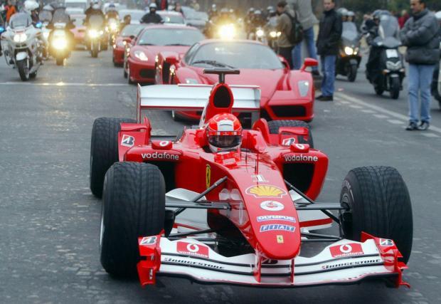 Докато нормалните хора карат Enzo, Шумахер управлява болида си в Париж