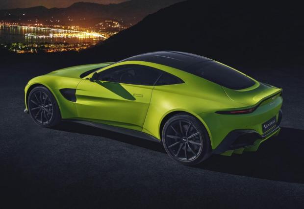 Aston Martin Vantage: Мощността идва, както очаквахме, от 4-литров битурбо V8 на AMG. Конете са 510, а въртящият момент достига 685 Нм. Скоростната кутия е автоматик ZF с 8 предавки, но на по-късен етап ще се появи и ръчка.