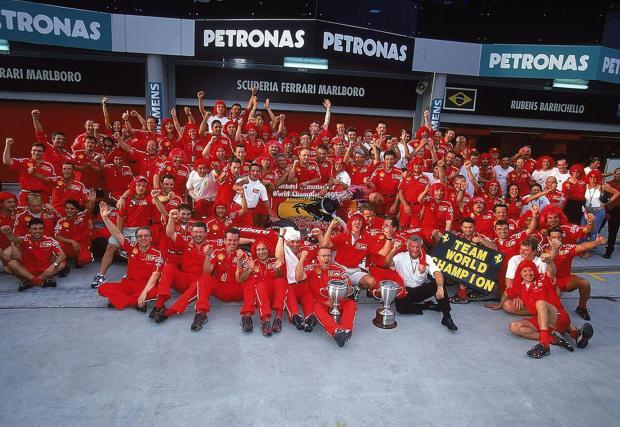 Още една конструкторска титла. В епохата Шумахер Ferrari беше неизменен претендент за титлите при пилотите и конструкторите