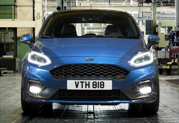 Ford Fiesta ST: Освен 200 коня моторът генерира и 290 Нм, достатъчни за ускорение от 0-100 км/ч за 6,7 секунди. Колата идва и с три режима за каране, Normal, Sport и Track, като последният е програмиран за яко каране на писта