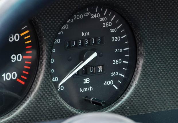 Скоростомер до 400 км/ч. Bugatti е била амбициозна марка и през 90-те