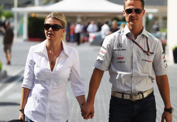 Със съпругата си Корина в падока на Формула 1