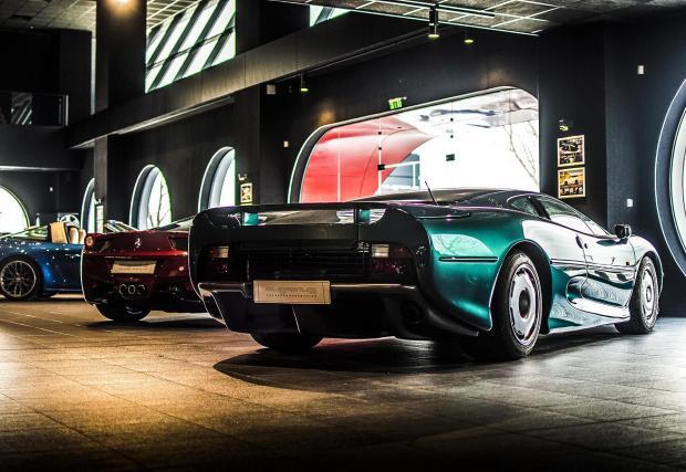 Още по-рядък е и този експонат: Jaguar XJ220, който преди години бе детайлно възстановен в Overdrive.