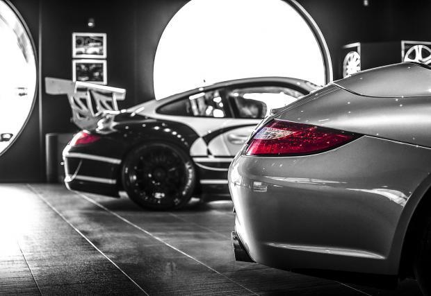 Две доста различни фейслифтови 997-мици: едната Carrera 4S Cabriolet, a другата GT3 Cup.