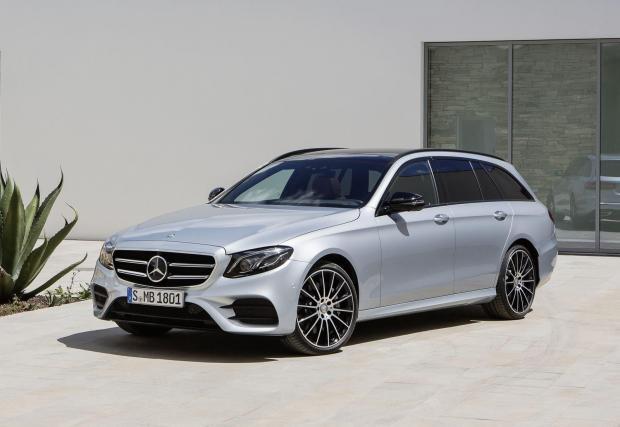 Mercedes-Benz E-класа Т-модел е също много елегантна кола, която рядко ще срещнете по улиците. За разлика от седана, който вече придобива разпространението на епидемия. Големият Mercedes е свръхвисокотехнологичен експрес на колела.