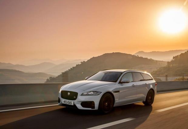 Jaguar XF Sportbrake може и да се окаже изненада за някои от вас. Да, Jaguar произвеждат комбита! И то доста елегантни. Също като E-класата, популярността на версията седан е в пъти по-голяма. Съвсем незаслужено, според нас...