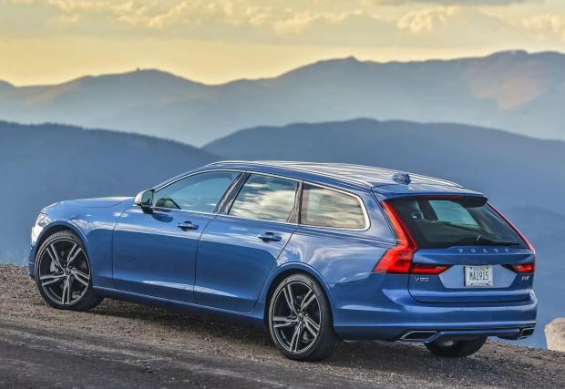 Volvo V90 е витрината на шведската компания - най-голямото и луксозно комби на фирмата. Ако има марка, която да се разпознава по комбитата, то това е Volvo. Според нас едно от най-красивите комбита на пазара в момента.