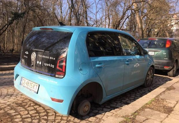 Не липсват и откровено жалки ситуации като тази, в която на една от колите е била открадната едната гума с джантата.