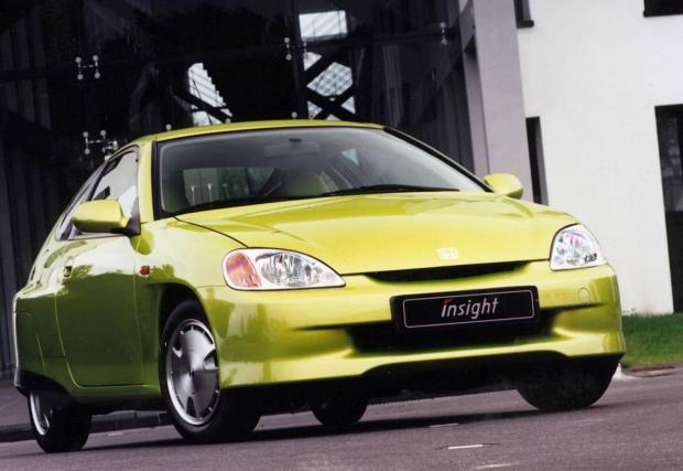 10-ата подиция се дели от 875-кубиковия TwinAir на Fiat,  4,4-литровия Valvetronic на BMW и 1,0-литровия IMA на Honda