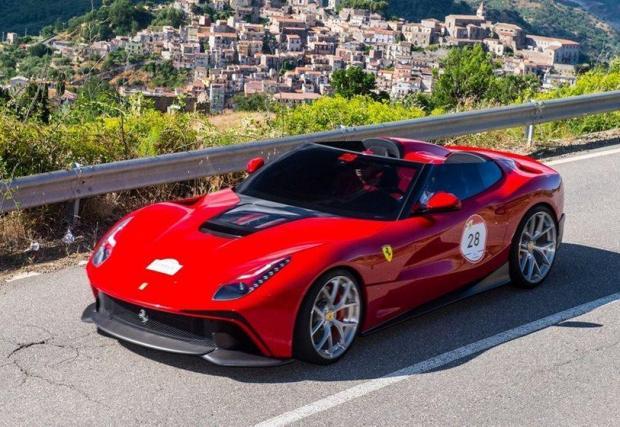 Ferrari F12 TRS: Тази не е уникална. В смисъл, че има цели две произведени. Базирани са на F12berlinetta и вдъхновени от 250 Testa Rossa от 1957 г. Макар да са предназначени за колекционери, TRS често се появява на автомобилни салони.