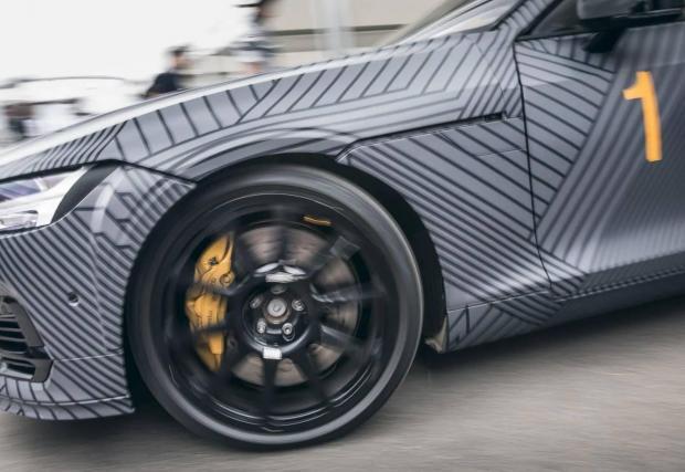 Батериите са тежки, но не и каросерията, изработена от подсилени с въглеродни нишки полимери. Volvo работи с най-добрите и по отношение на спирането - компанията Akebono, която прави спирачките на McLaren P1.