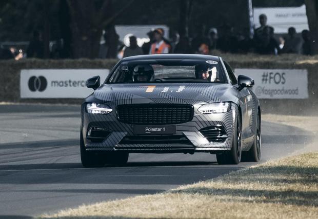 """Колата изглежда адски бърза, дори в компанията на суперколи в Гудууд. Двулитровият двигател определено е доста натоварен, но електрическата тяга и двойното предаване качват """"единицата"""" близо до лигата на суперколите."""