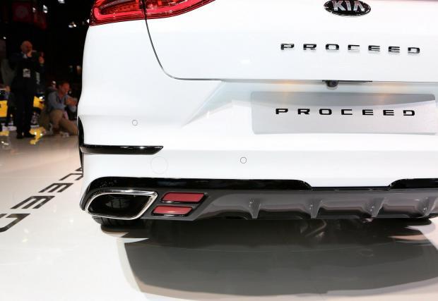 Kia ProCeed също разчита на четириъгълна хромирана рамка...