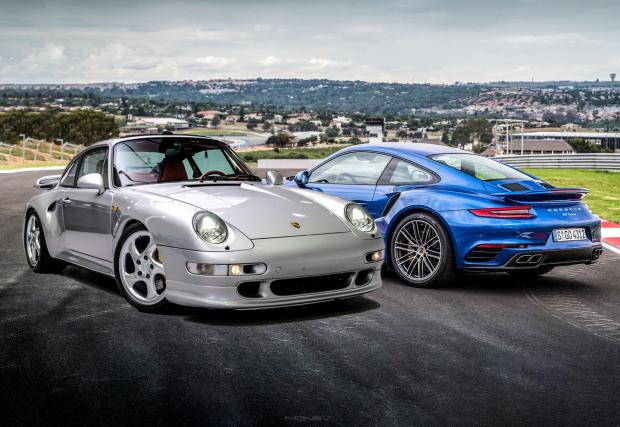 Въпросното 993 Turbo S и новото 991 Turbo, което е 2,4 пъти по-евтино.