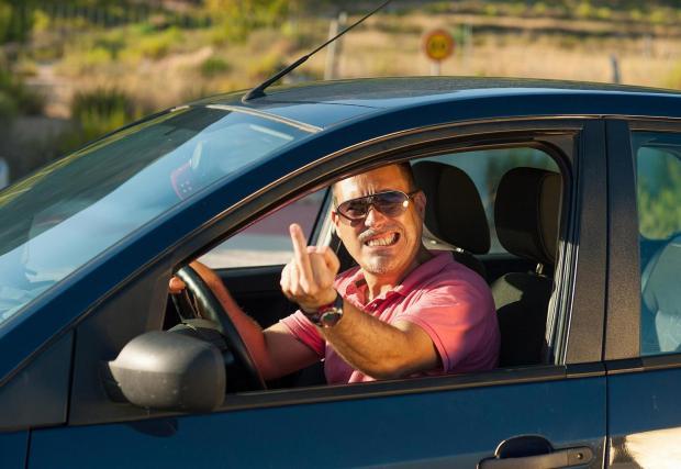 2. Забрана за показване на среден пръст в Германия: На всички ни се е случвало и не го поощряваме, но чак глоба? Да, в Германия. Там могат да спрат колата ви от движение, ако покажете среден пръст на тъпака, който ви засече.