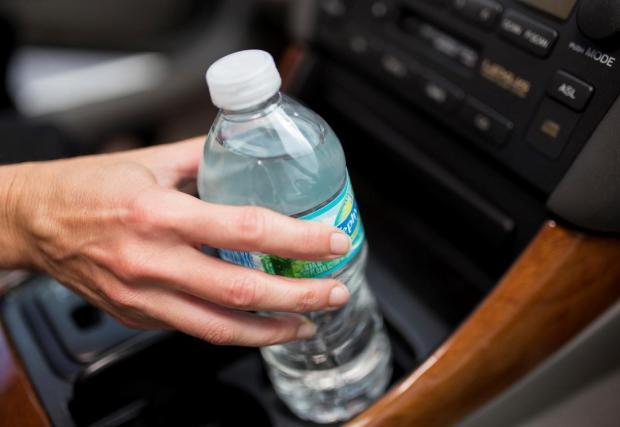 8. Забрана за пиене на вода по време на шофиране в Кипър: Представете си, че шофирате до плажа, горещо е и ви се допие вода. В Кипър ще трябва да спрете край пътя и да изгасите двигателя, за да отпиете глътка вода.