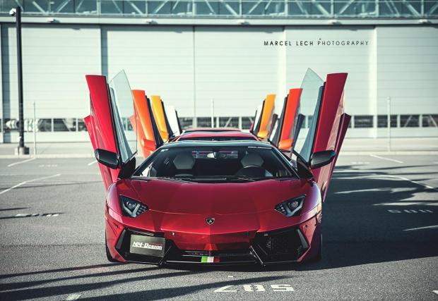 9. Lamborghini Aventador - Идеалното решение да бъдете забелязани. Вратите на всяко уважаващо себе си Lamborghini се отварят нагоре. Затова Urus не е уважаващо себе си Lamborghini.