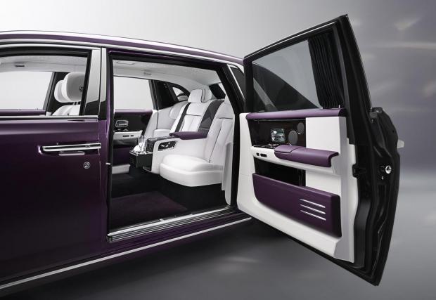 5. Rolls-Royce Phantom VIII - Всъщност тук би могъл да стои почти всеки друг модел на Rolls. Срещуположно отварящите се врати са много удобни, ако сте с дълга бална рокля или корона на главата.