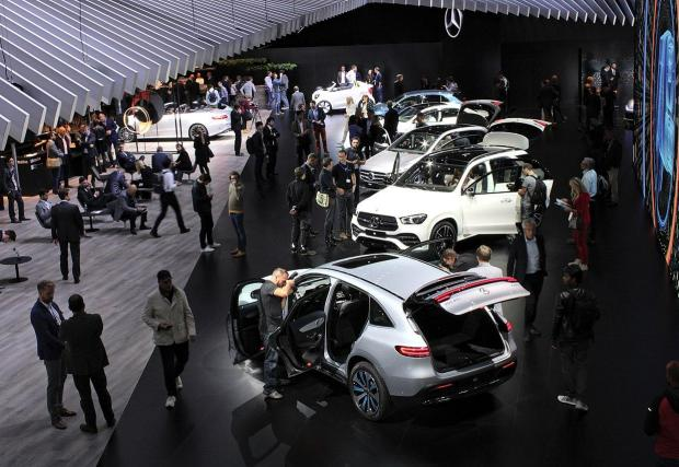 Автомобилните салони: Неминуемо големите автосалони като тези в Женева и Париж си отиват. Все повече производители представят колите си онлайн или на изложения за потребителска електроника… Тъжно, но факт...