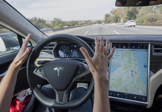 Tesla рекламира своя адаптивен круиз контрол като