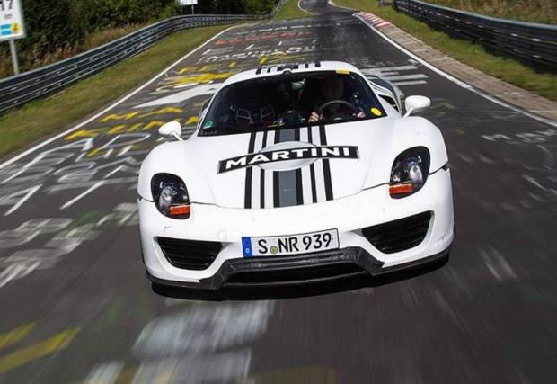 """7. Porsche 918: 6:57. Porsche командирова трима пилоти в опит да слезе под 7 минути - Валтер Рьол, Тимо Клук и Марк Лийб. Лийб завъртя трасето за 6:57, след което LaFerrari и McLaren P1 така и не направиха официални опити на """"Ринга""""."""