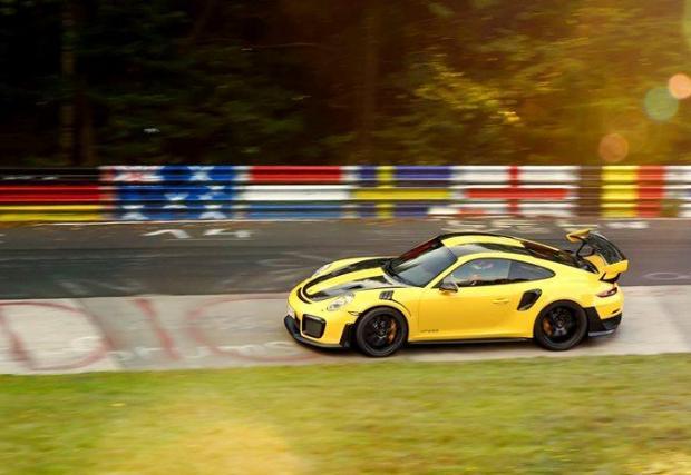 2. Porsche 911 GT2 RS (991.2): 6:47,25 мин. С пакета Weissach и без аудио система - това са опции за олекотяване, които всеки може да поръча за своето GT2 RS. Но едва ли всеки може да даде подобно време.