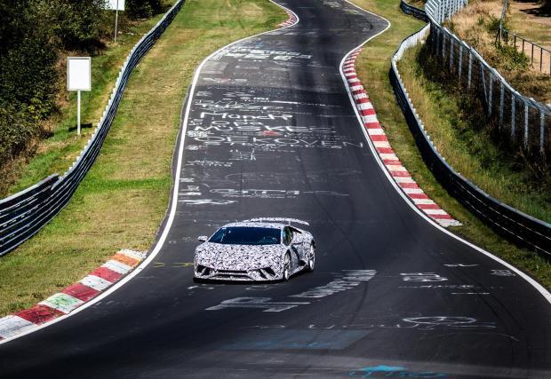 """4. Lamborghini Huracan LP640-4 Performante: 6:52,01 мин. Десетцилиндровото бейби Lambo е убийствено ефективно в преследване на по-едър дивеч на """"Нюрбургринг"""""""