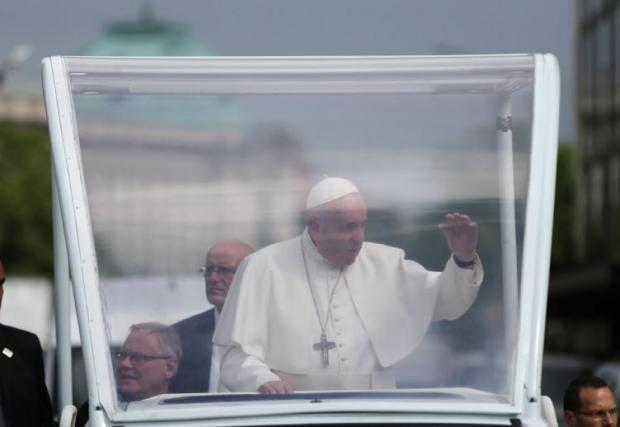 Папа Франциск и неговия Isuzu D-Max в центъра на София