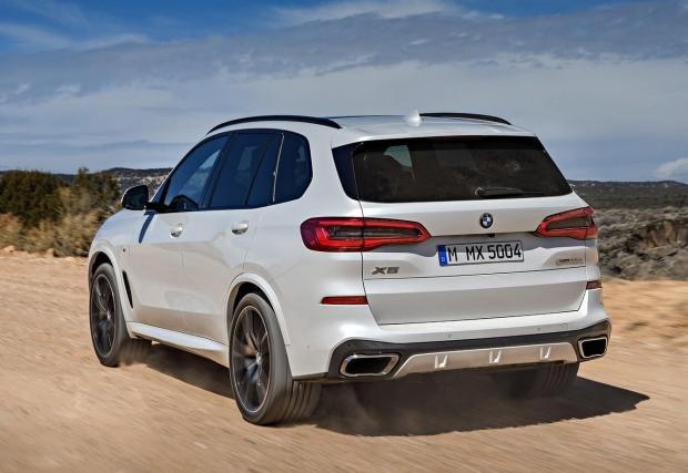 BMW X5 M50D. Тук 3,0-литровият редови 6-цилиндров мотор на баварците генерира 400 к.с. и 760 Нм момент. Истинско бижу на съвременната автомобилна индустрия с четири турбини, които изстрелват големия SUV от 0 до 100 км/ч за 5,2 секунди.