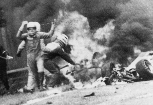 """При ужасяващата катастрофа на """"Нюрбургринг"""" през 1976 г. оцелява след 55 секунди в горящия си болид при температура 800 градуса."""