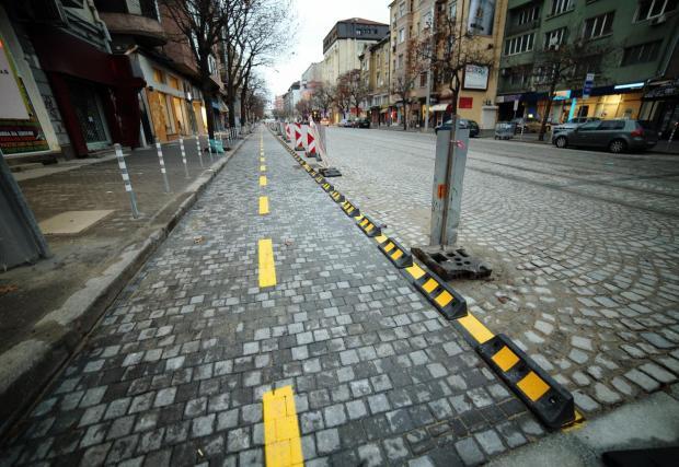... по някои основни улици и булеварди в града вече има опити за по-сериозни велоалеи, но често те са зле проектирани, неподдържани и нямат връзка една с друга