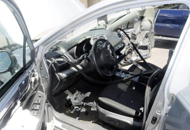 Оказа се, че в интернет е пълно със снимки на пострадали от мечки Subaru-та. Това е друг екземпляр със сходни поражения