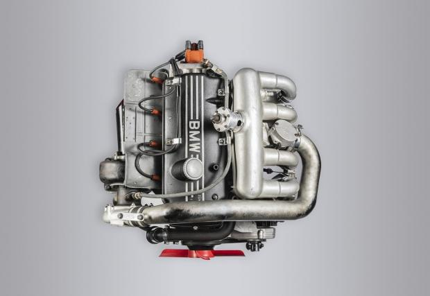 1969: M121 в BMW 2002 TI. Първата състезателна турбо кола на BMW. С нея Дитер Квестер печели титлата в Европейския шампионат за туристически автомобили. 4-цилиндровият мотор достига 6500 об/мин и около 280 к.с. Турбото работи при 0,98 бара.