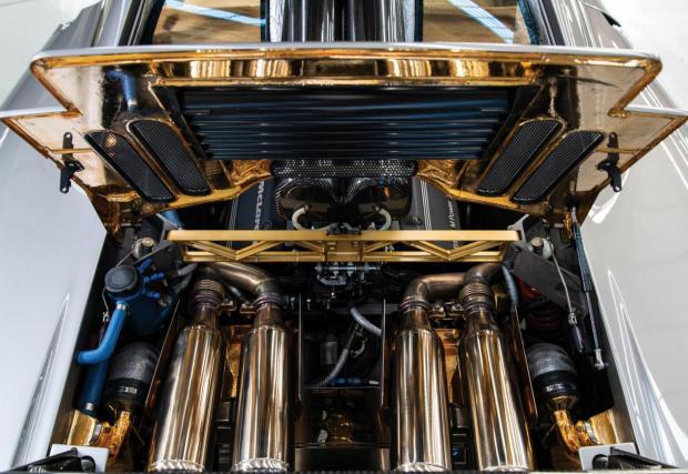 Златното покритие над двигателя е една от емблемите на McLaren F1 - избрано е злато без оглед на средствата, защото има най-голяма топлинна изолация, за да се пазят карбоновите елементи от горещината на мотора