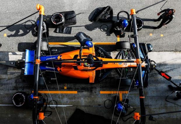 Осем снимки на оранжеви и сребърни стрели