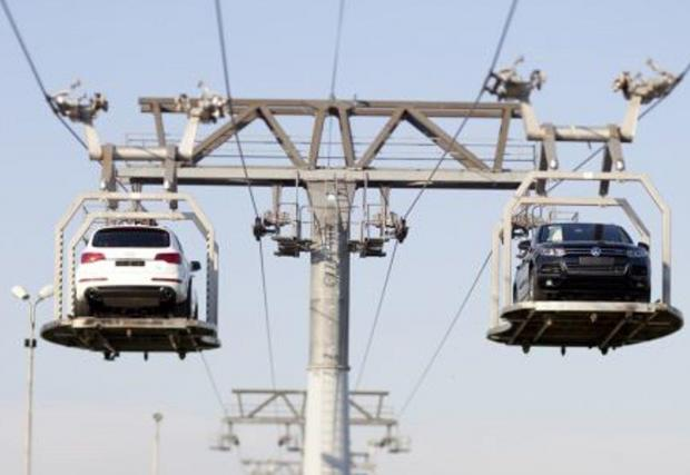 Лифтът за пренасяне на готовата продукция в завода на VW в Словакия