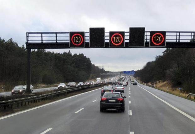 В Германия масово се използват такива знаци, които показват ограниченията или липсата им в зависимост от метеорологичните условия и пътната обстановка