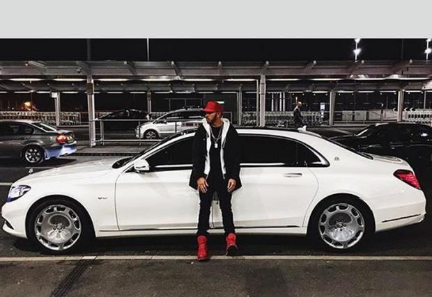 Mercedes-Maybach S600 - Според слуховете Люис е собственик на този Maybach от 2015, но рядко го използва.
