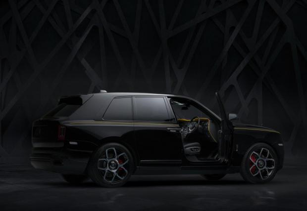 Колата тежи 2753 кг и разполага с всичко скъпо и луксозно, което концерн като BMW Group може да предложи