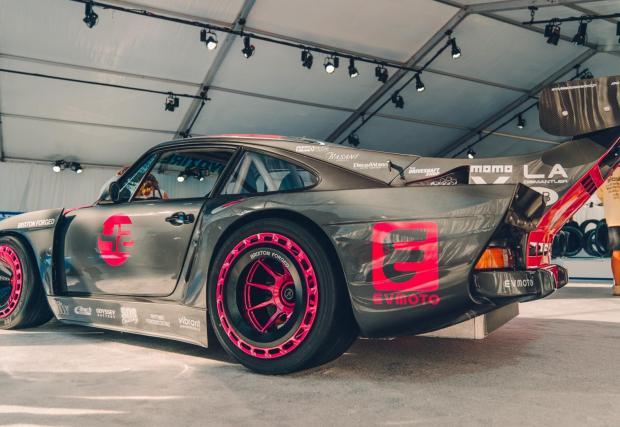 Porsche 935, завладяно от манията по електрификацията