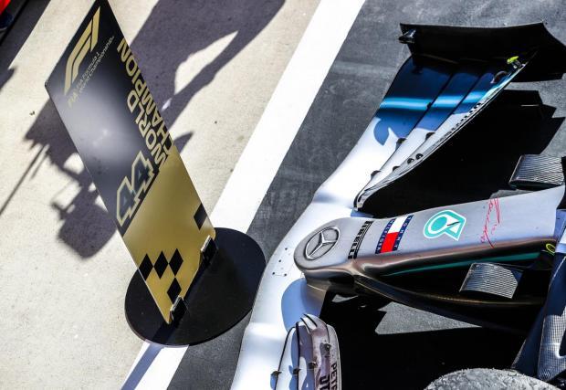 87 полпозишъна: Хамилтън води в класацията по най-много първи позиции на старта. Британецът стартира първи в 35,08% от състезанията си. За сравнение Шумахер има 68 първи позиции (22,08%), Сена - 65 (40,12%), а Фетел - 57 (23,85%).