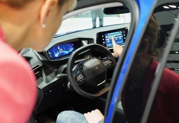 То позволява реакция на шофьора с 0,5 секунди по-бързо, спрямо стандартно двуизмерно табло