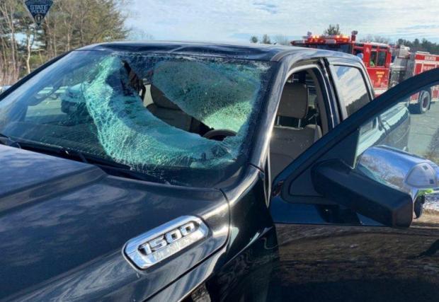 Не, не е удар с бухалка, а парче лед от движещия се отпред автомобил...