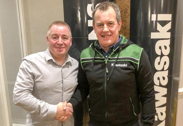 Джон Макгинес и Питър Икстънс, шефът на Quattro Plant Bournemouth Kawasaki.