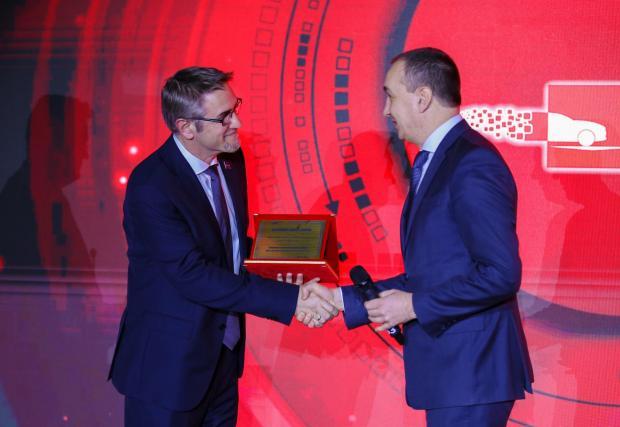 """Г-н Чавдар Златев, изпълнителния директор и член на УС на Първа инвестиционна банка, връчва наградата за """"Високотехнологичен продукт"""" на г-н Силвен Коло, управител на Мелексис България"""