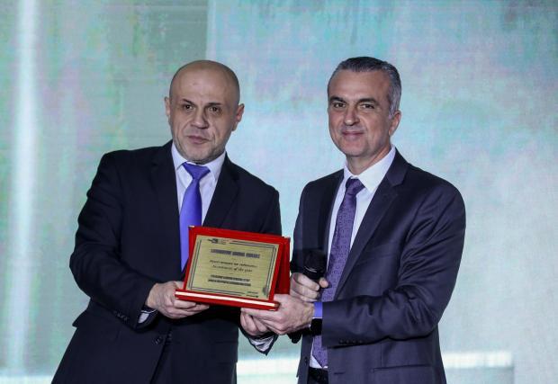 """Г-н Томислав Дончев, зам. мин-председател връчва наградата за """"Инвестиция на годината"""" на г-н Джордж Менцелопулос, изпълнителен директор Etem Gestamp"""