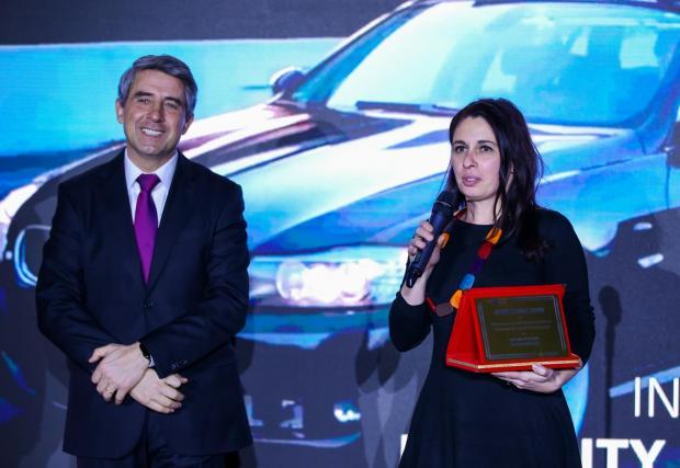 """Г-н Росен Плевнелиев, президент на Република България (2012-2017) и член на Борда на Аутомотив Клъстер България, връчва наградата за """"Инвестиция за индустриално развитие"""" на представител на Bosch"""